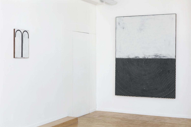 Nei suoi dipinti, rigorosamente in bianco e nero, sono protagoniste forme geometriche minimali: curve, linee, spirali
