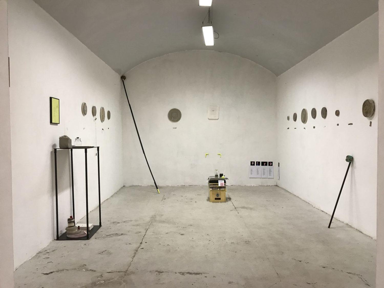 """Nella serie """"Repulisti"""" Barbara Fragogna ha utilizzato vecchi lavori, ridotti prima in strisce e poi arrotolati per dare vita a nuove installazioni"""